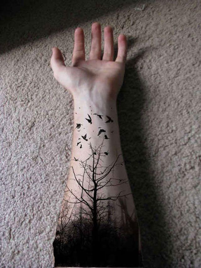 Tatuaggio pittoresco sul braccio gli alberi della foresta & gli uccelli