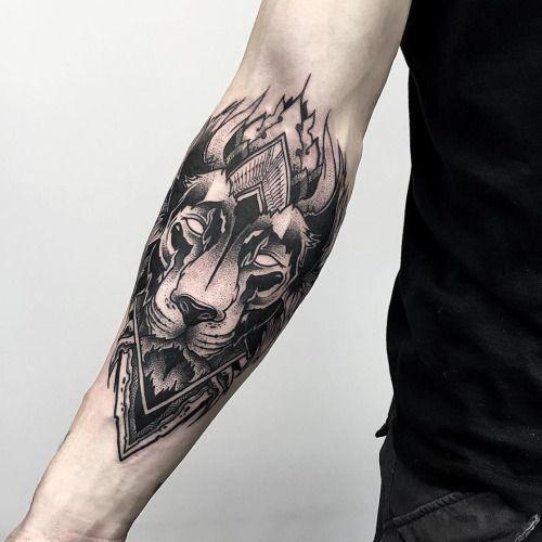 Stupendo tatuaggio stile blackwork del leone mistico