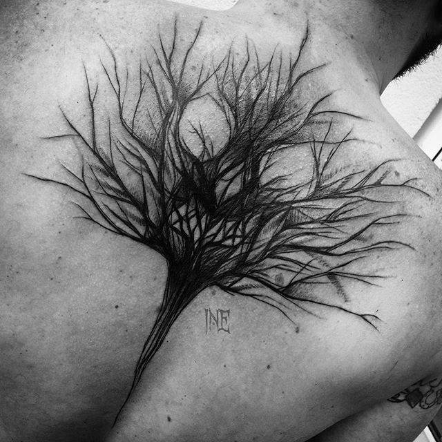 Blackwork style cool looking upper back tattoo by Inez Janiak of creepy tree