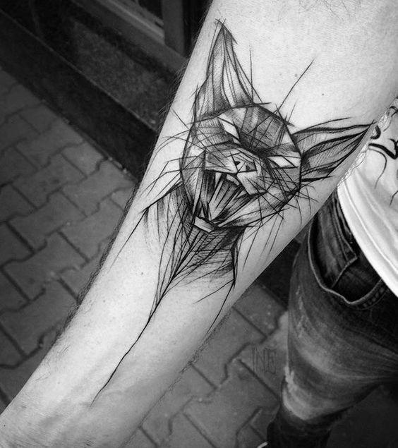 Stile blackwork dall&quotaspetto inquietante dipinto da Inez Janiak tatuaggio del gatto malvagio sull&quotavambraccio