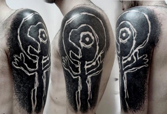 Blackwork style incredible looking shoulder tattoo of alien picture