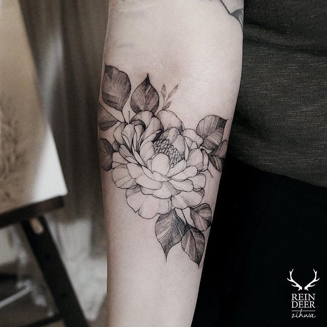 Blackwork style little flowers painted by Zihwa tattoo on forearm
