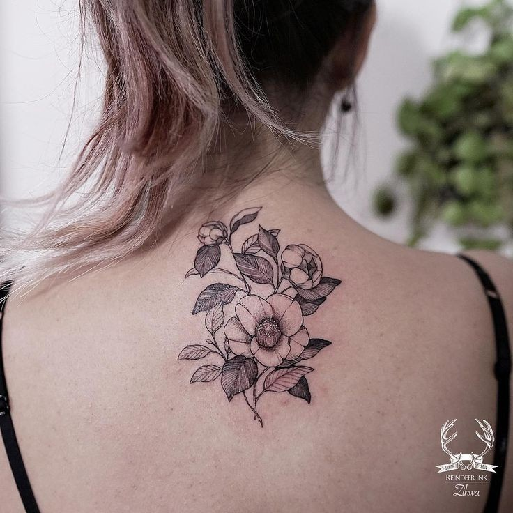 Blackwork style sweet looking upper back tattoo of nice flowers by Zihwa