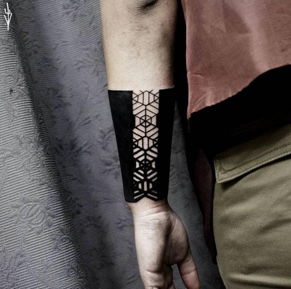Tatuaggio di braccio insolito di stile di Blackwork di bello ornamento