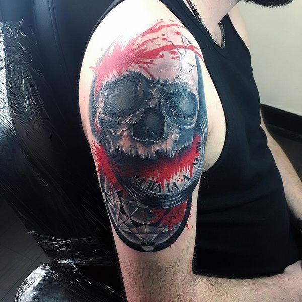 Blutiger Schädel mit Uhr Polka Trash Tattoo am Arm