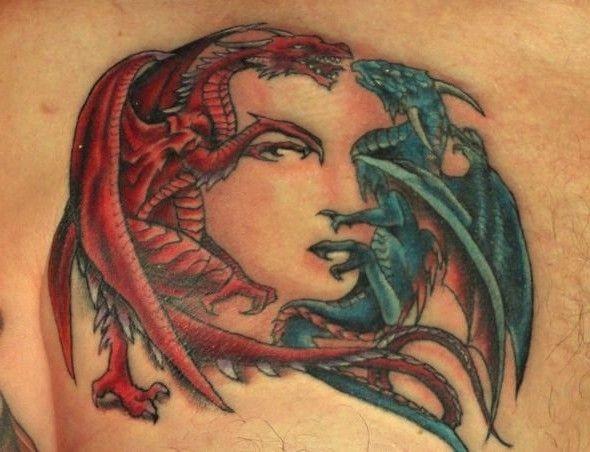 Tatuaggio carino dragone blu e dragone rosso che formano la faccia della ragazza