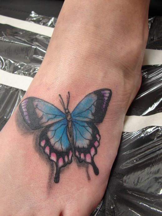 bella farfalla blu tatuaggio nuovo stile su piede femminile