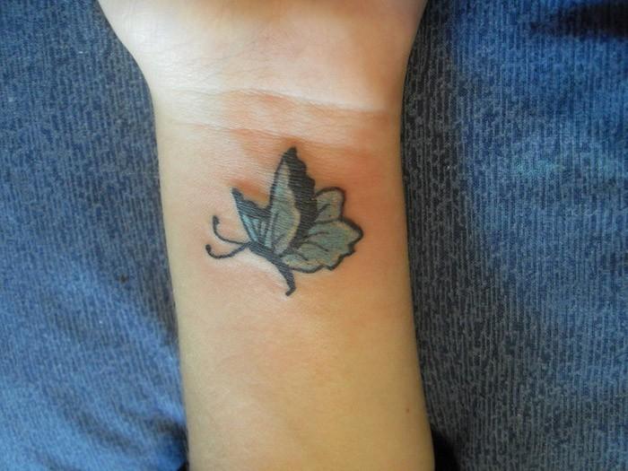 farfalla blu tatuaggio disegno per donna su polso