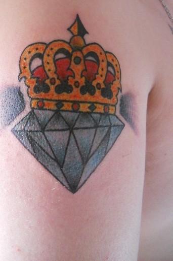 corona dorata e diamante blu tatuaggio
