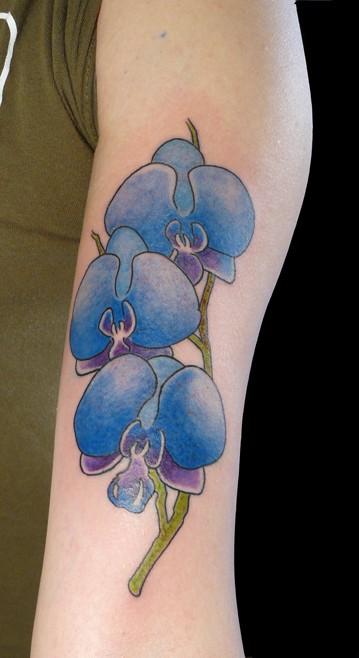 orchidee blu tatuaggio in mezza manica