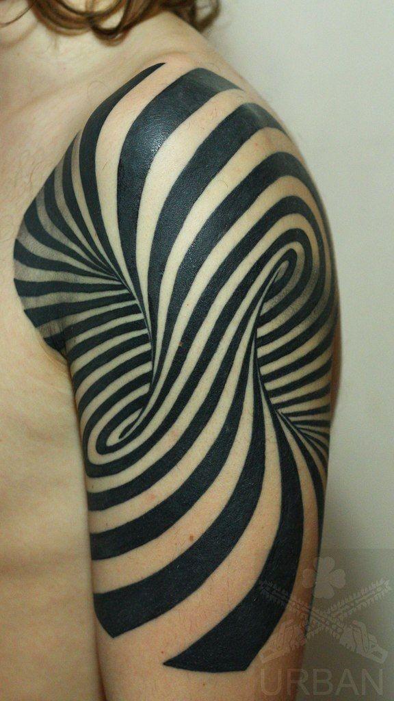 mozzafiato nero e bianco tatuaggio ipnotico su spalla