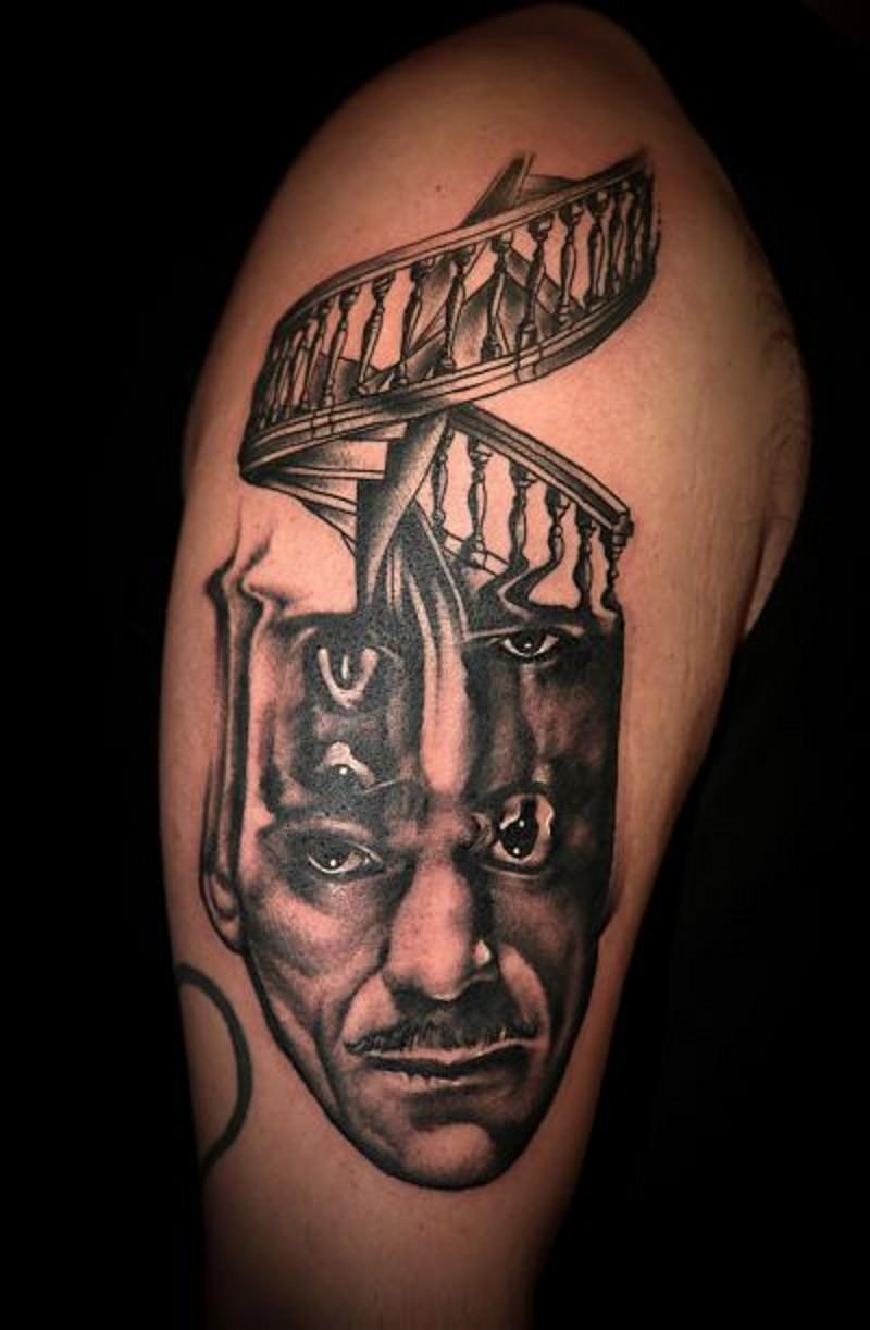 brillante nero e bianco mistico ritratto con le scale su testa tatuaggio su spalla