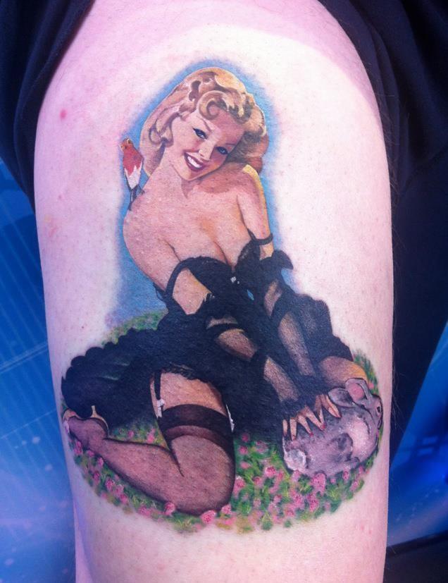 Tatuaje en el muslo,  mujer linda traviesa