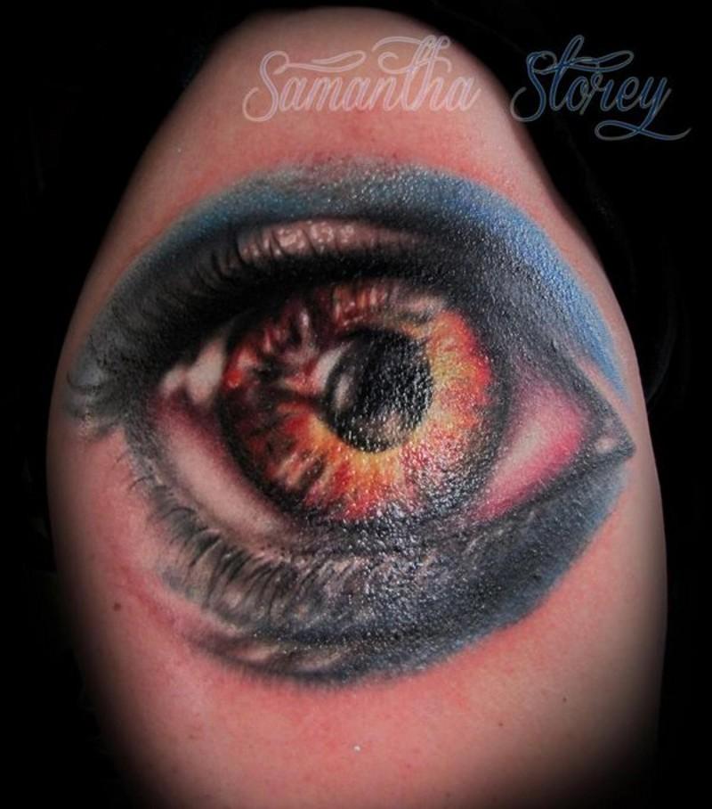 brillante molto realistico grande occhio colorato tatuaggio su spalla da Samanta stori