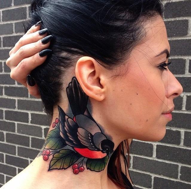 ciuffolotto e frutti di bosco rossi tatuaggio sulla schiena