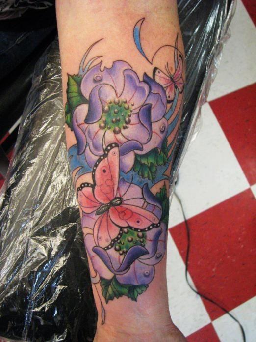 Tatuaggio grande sulla gamba la farfalla rosa & i fiori