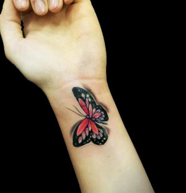 bellissima farfalla 3d tatuaggio su polso di donna