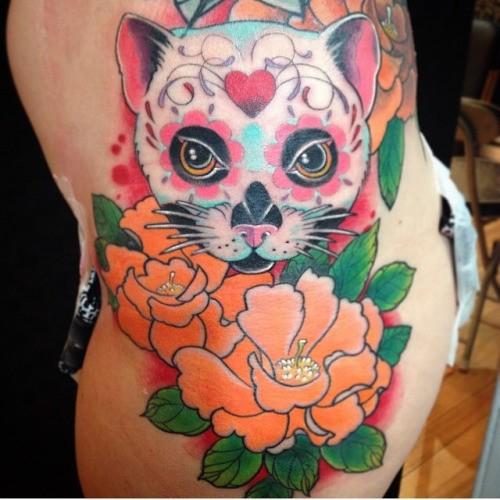 Tatuaje  de gato mexicano  con flores exóticas