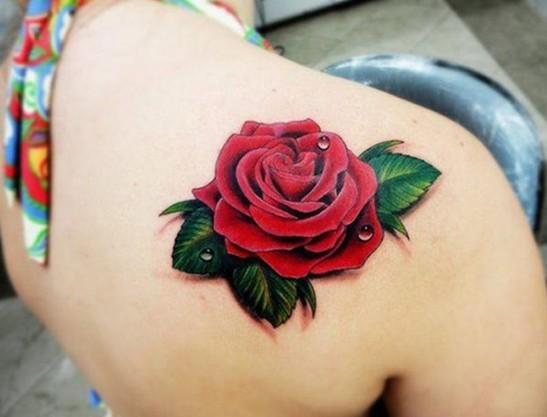 meravigliosa 3D rosa rossa con gocce d&quotacqua tatuaggio su spalla