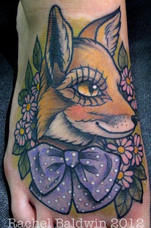 cartone animato dipinto bella colorata volpe con fiocco e fiori tatuaggio su piede
