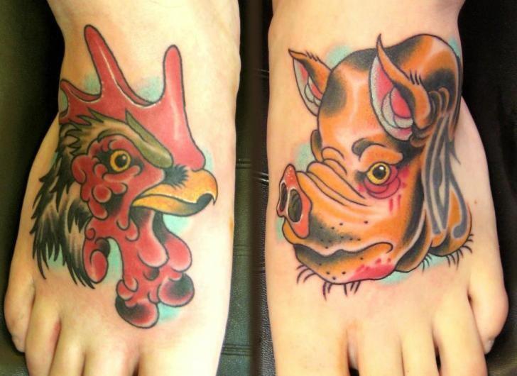 cartone animato maiale e gallo tatuaggio ambedue piede
