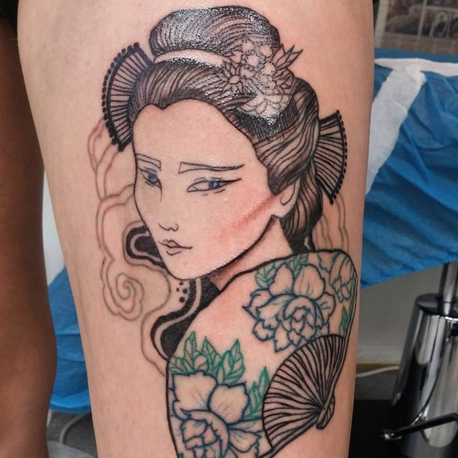 Charming Asian Geisha with floral hand fen detailed thigh tattoo