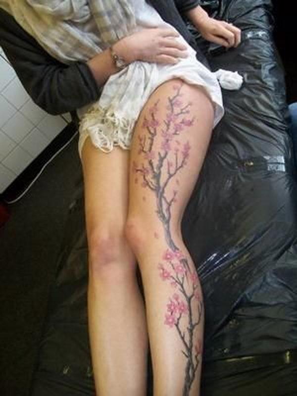 Tatuaje En Toda La Pierna De Un Bonito árbol Cerezo Con Flores