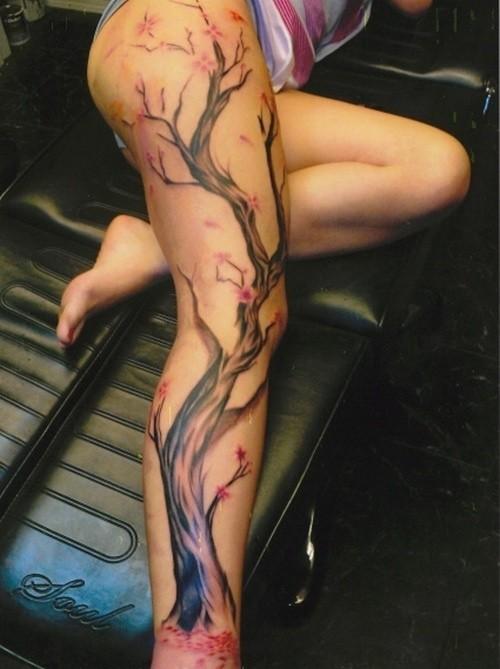 Tatuaggio grande sulla gamba l&quotalbero fiorito