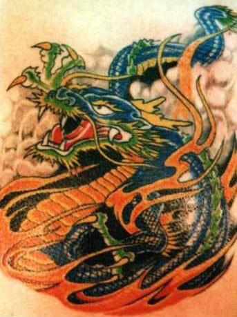 tatuaggio colorato drago e fiamma