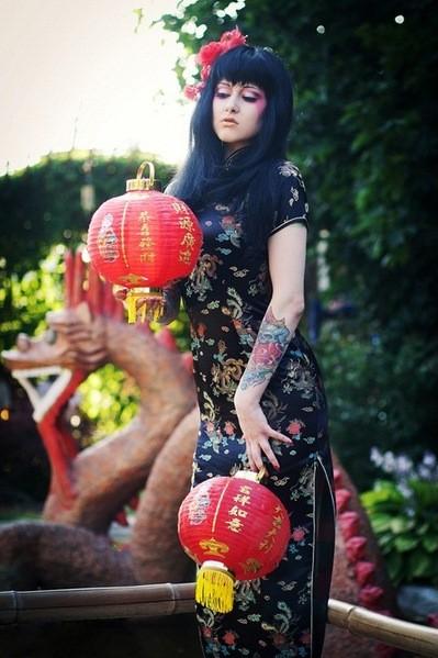 colore femminile cinese su braccio tatuaggio