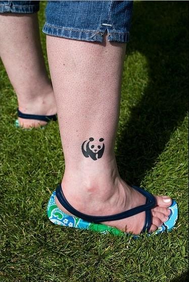Tatuaje en la pierna,  logo de panda