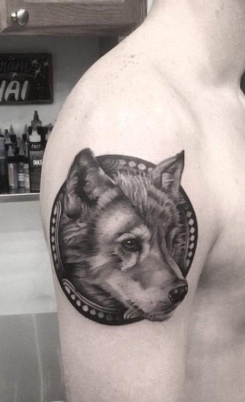 Tatuaggio del braccio superiore in inchiostro nero a forma di cerchio