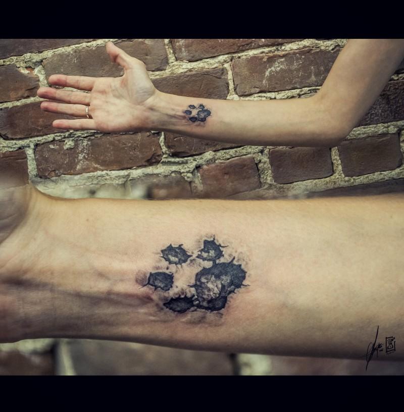 Tatuaje en el brazo, huella del perro