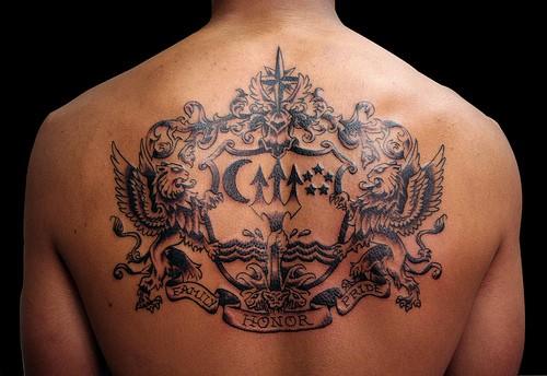 Tatuaje en la espalda, escudo precioso de tinta negra
