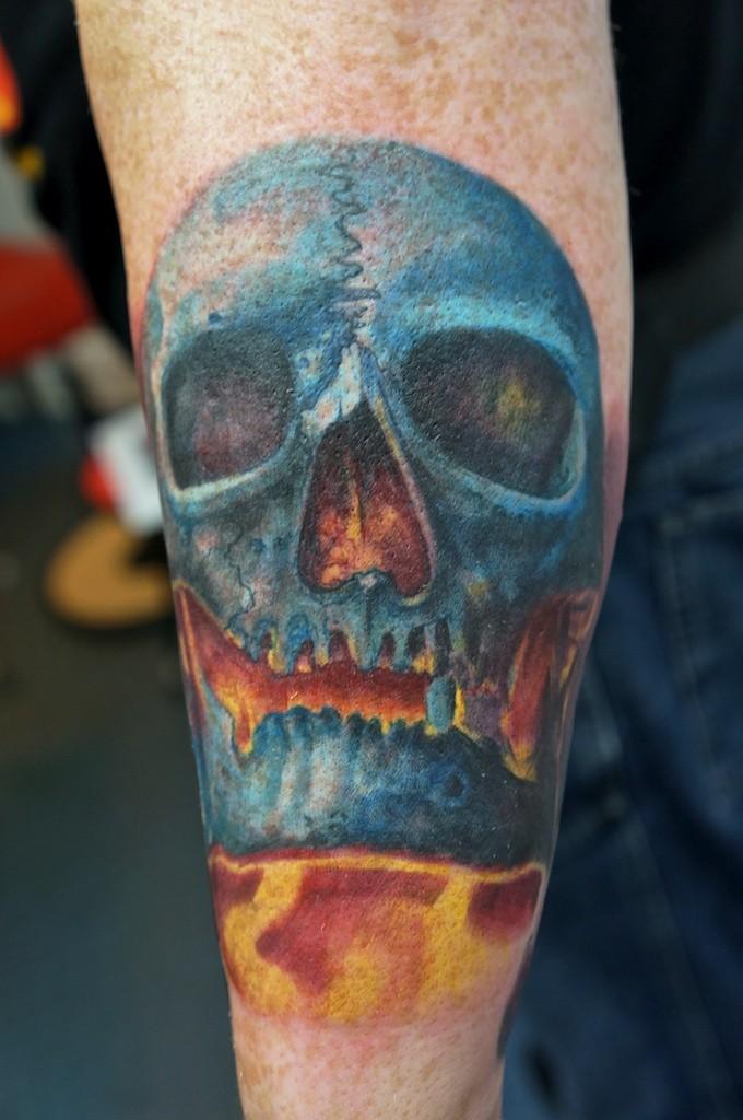 Tatuaggio colorato  sul braccio in fuoco