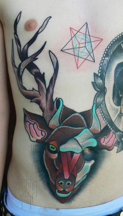 Tatuaggio simpatico sulla pancia il cervo colorato
