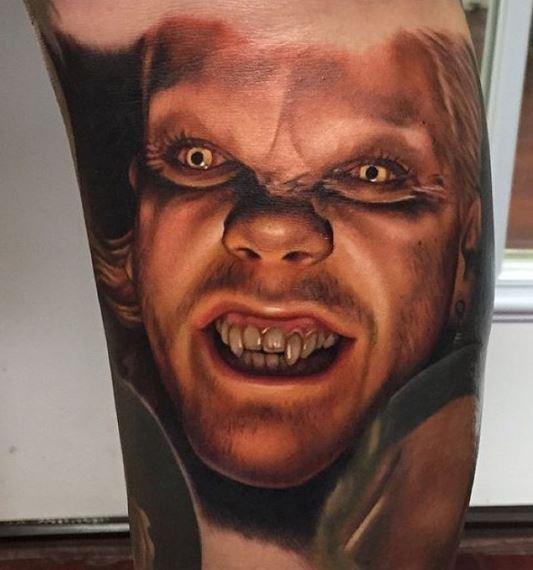 colorato ritratto di vampiro sorridente tatuaggio