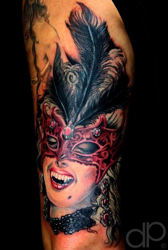 colorato bella vampira in maschera con piuma tatuaggio