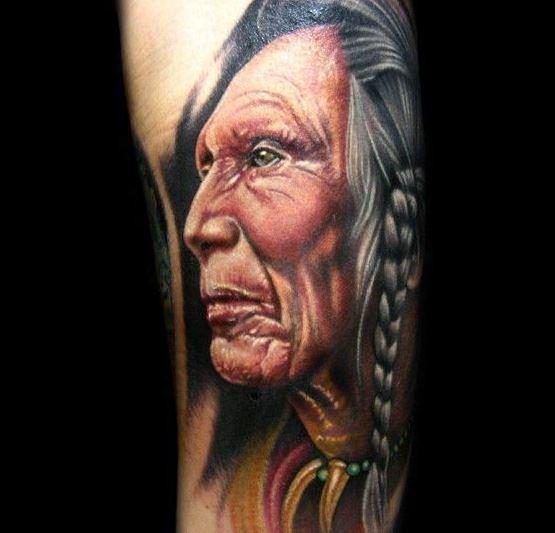 Buntes detailliertes Porträt eines alten Indianers Tattoo von Khan