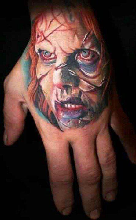 colorato esorcista film orrore tatuaggio su mano