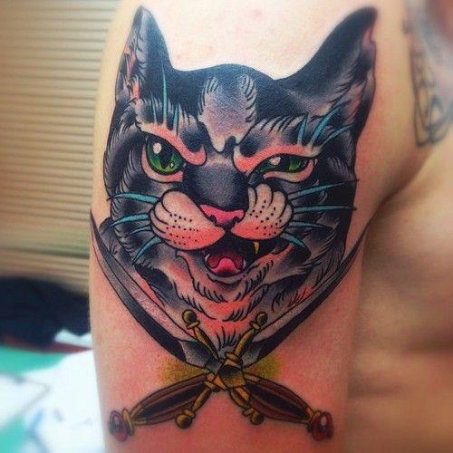 Tatuaggio colorato sul braccio il gatto con la bocca spalancata