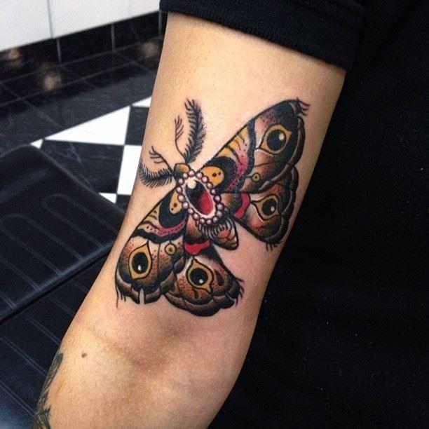 bunte tinte falter tattoo f r lady. Black Bedroom Furniture Sets. Home Design Ideas