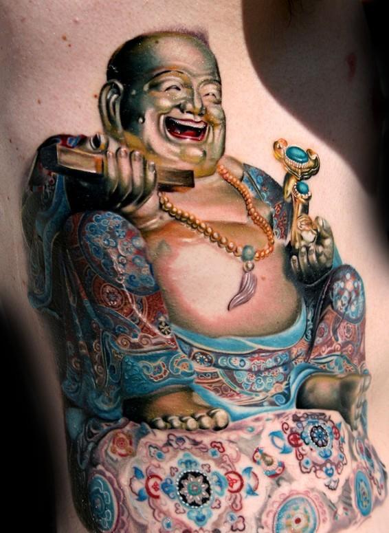 Tatuaggio super realistico il dio sorridente