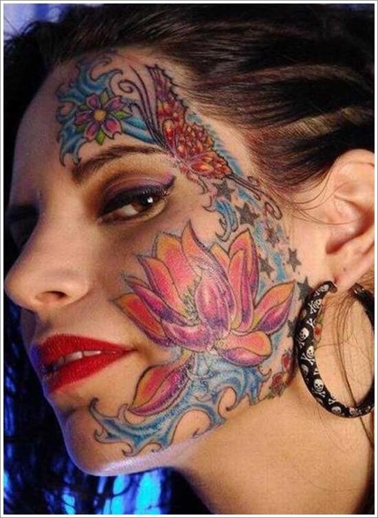 colorato fiore di loto tatuaggio su faccia di ragazza