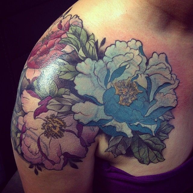colorati belli fiori tatuaggio sulla spalla