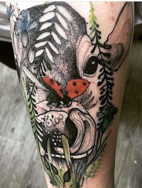 Colourful dall&quotaspetto piacevole addolorato dal tatuaggio di Joanna Swirska della testa di mucca con coccinella