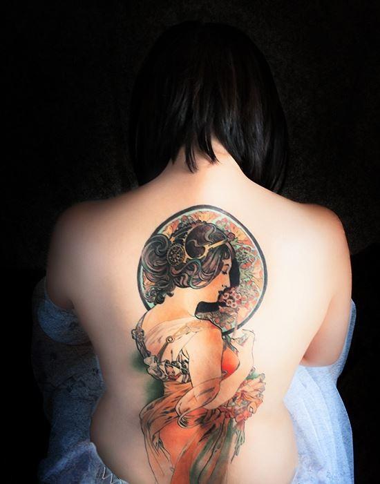 bella donna colorato tatuaggio sulla schiena
