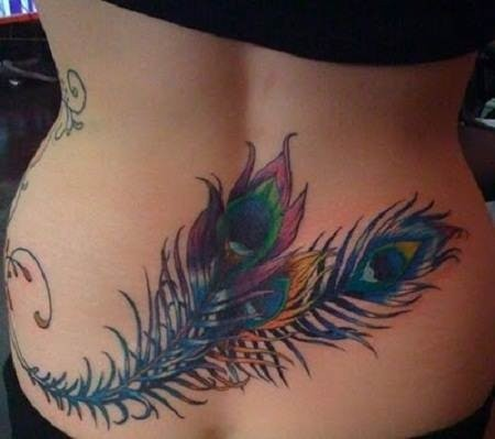 colorato piuma di pavone tatuaggio su parte bassa della schiena