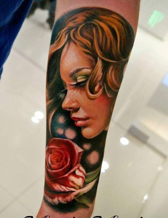 colorato ritratto di ragazza con rosa avambraccio tatuaggio