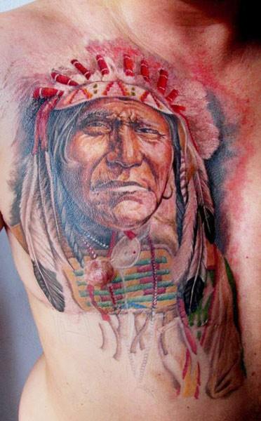 Buntes Porträt von Indianer Tattoo an der Brust